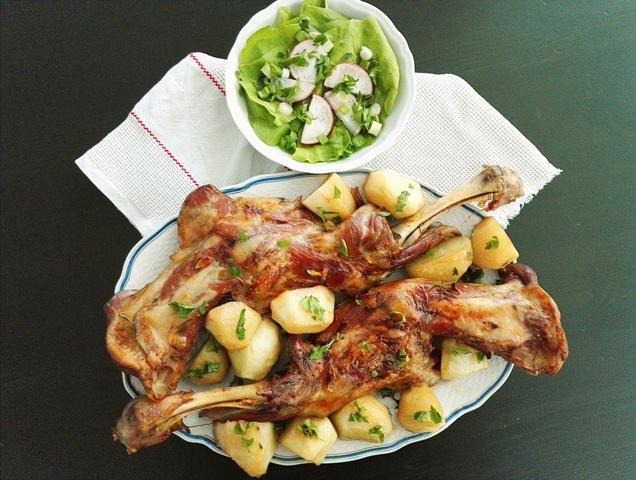 Friptura de miel la cuptor pe pat de ierburi aromatice cu garnitura de cartofi la tava