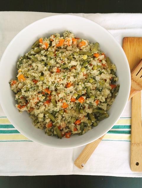 Salata calda de quinoa cu legume trase la tigaie