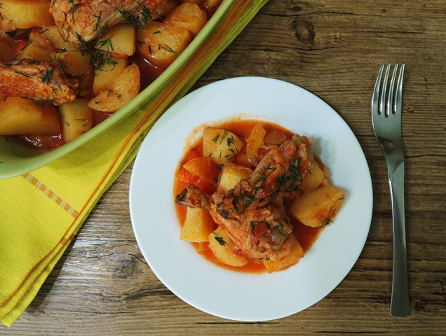 Mancare simpla de cartofi noi cu tacam de pui de tara