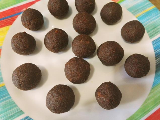Cake Pops - Acadele din blat aromat cu glazura de ciocolata alba