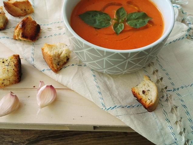 Supa crema de rosii cu crutoane